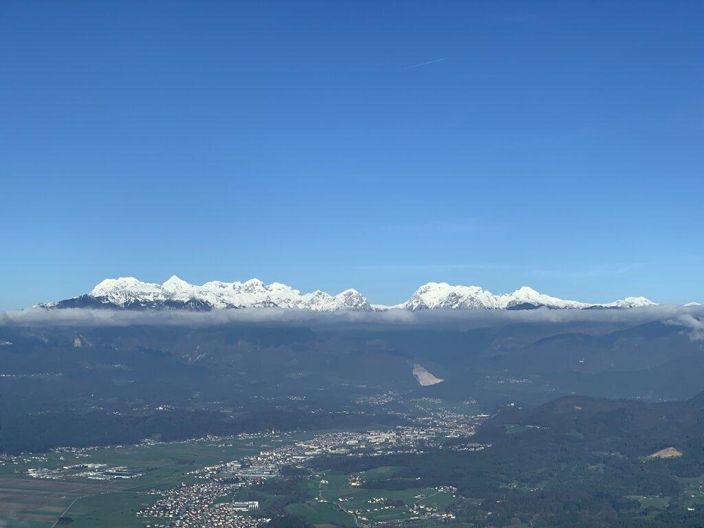 20191204-MUC-LJU-Schneebedeckte-Gipfel-ueber-dem-Wolkenspiegel-kl.jpg