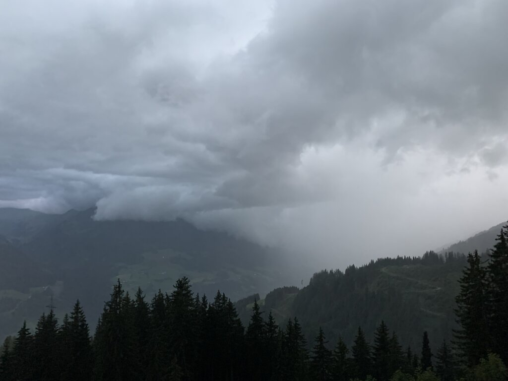 09.08.2021 Ein Gewitter rollt durch's Tal